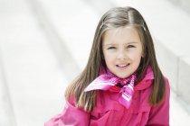 Retrato de menina sorridente no fundo borrado — Fotografia de Stock