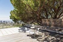 Leere Stühle und Tisch auf Holzdach — Stockfoto
