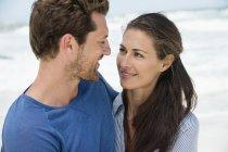 Primo piano di felice coppia romantica che si guarda sulla spiaggia — Foto stock