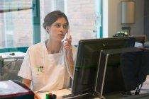 Jeune infirmière occupée travaillant au bureau — Photo de stock