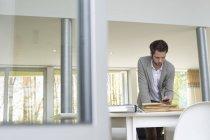 Интерьер с помощью мобильного телефона в офисе — стоковое фото
