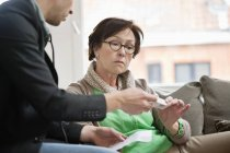 Чоловічий лікар даючи ліки для жіночого пацієнта — стокове фото