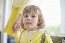 Портрет мила маленька дівчинка тримає руку батьків — стокове фото