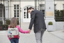 Fille marche vers l'école avec père — Photo de stock