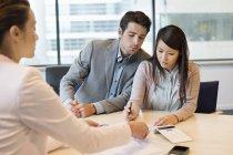 Coppia di documenti di firma con dirigente aziendale — Foto stock
