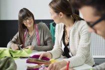 Desenhadores de moda que trabalham no escritório junto — Fotografia de Stock