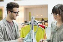 Усміхаючись моди дизайнерів, що працюють в офісі — стокове фото
