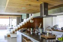 Интерьер кухни счетчика в однокомнатной квартире — стоковое фото