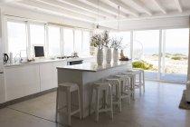 Интерьер стильно легкой кухней в однокомнатной квартире прибрежные дома — стоковое фото