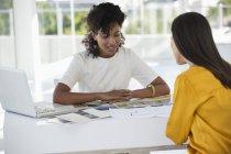 Agente immobiliare discutere con la donna in carica — Foto stock