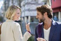 Souriant homme et femme se regardant dans la rue — Photo de stock