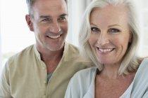 Retrato de casal smiling romântico sênior — Fotografia de Stock