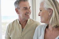 Gros plan d'un couple de personnes âgées souriantes qui se regardent — Photo de stock