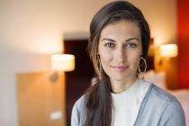 Retrato de mulher elegante sorridente em um quarto de hotel — Fotografia de Stock