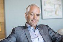 Портрет уверенного бизнесмена, мыслящего в офисе — стоковое фото
