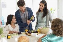 Щаслива родина приготування їжі на кухні — стокове фото
