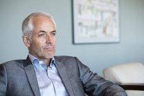 Крупный план уверенного бизнесмена, думающего в офисе — стоковое фото
