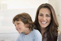 Ritratto di donna e figlio che sorridono insieme — Foto stock