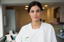 Портрет усміхнене жіночий медсестра стоїть в лікарні — стокове фото
