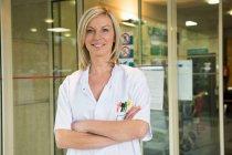 Портрет женский врач, улыбаясь в больнице — стоковое фото