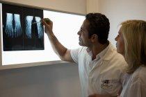 Medici che esaminano il rapporto dei raggi x in ospedale — Foto stock