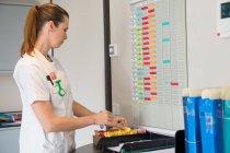 Krankenschwester arrangiert Fahrplan im Krankenhaus — Stockfoto