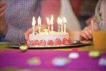 Primo piano della torta di compleanno, focus selettivo — Foto stock