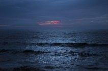 Vagues d'océan au crépuscule, Bodega Bay, Californie, États-Unis — Photo de stock
