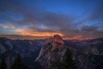 Скалистые Half Dome и Yosemite Valley в сумерках, Национальный парк Yosemite, Калифорния, Соединенные Штаты Америки, Северная Америка — стоковое фото