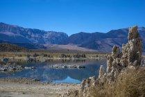 Formaciones de toba en Mono Lake, California, Estados Unidos - foto de stock
