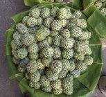 Annona frutas en el mercado callejero en el distrito chino, Myanmar, Yagon - foto de stock