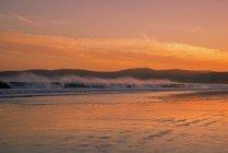 Océan ondulé au crépuscule, Drakes Beach, Point Reyes National Seashore, Californie, États-Unis — Photo de stock