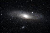 Gran galaxia de Andrómeda brillando en cenit en la constelación de Andrómeda - foto de stock