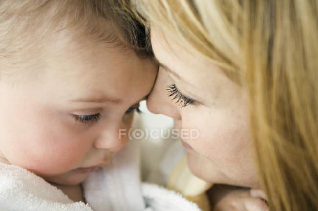Portrait de mère et bébé face à face — Photo de stock