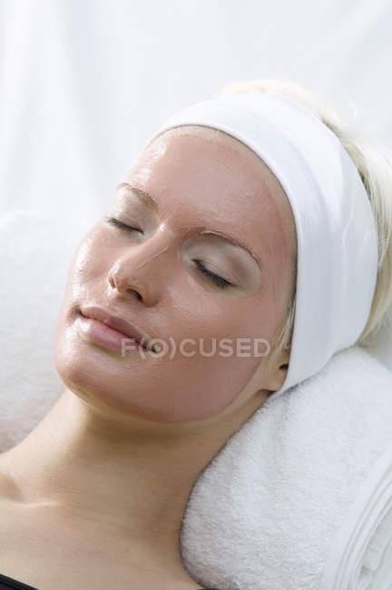 Портрет молодой женщины в маске красоты на fac — стоковое фото