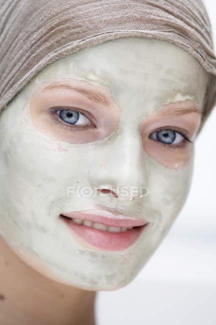 Retrato de jovem com máscara de beleza no rosto — Fotografia de Stock