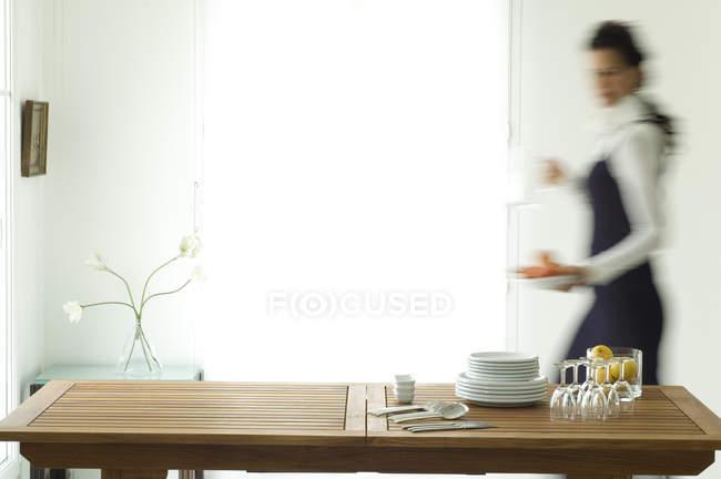 Жінка ставить стіл, селективний фокус. — стокове фото