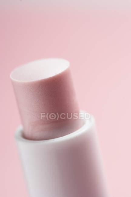 Nahaufnahme von klassischem rosa Lippenstift auf rosa Hintergrund — Stockfoto