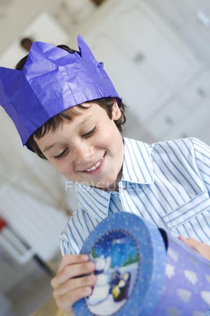 Портрет маленький хлопчик відкриття присутній у синій коробці — стокове фото