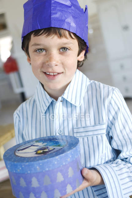 Портрет маленький хлопчик відкриття присутній у синя смуга, в приміщенні — стокове фото
