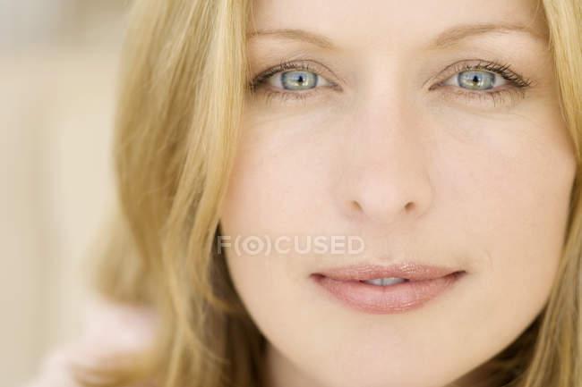 Портрет белокурый молодой женщины, глядя на камеру — стоковое фото