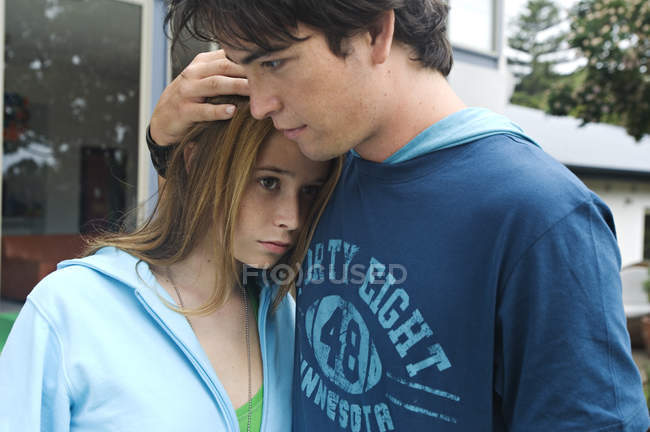 Teenage boy consoling girl on street — Stock Photo