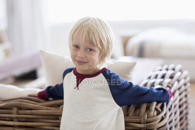 Retrato de niño feliz en la sala de estar — Stock Photo