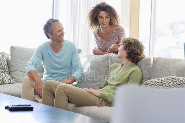 Счастливая семья, улыбаясь в гостиной дома — стоковое фото
