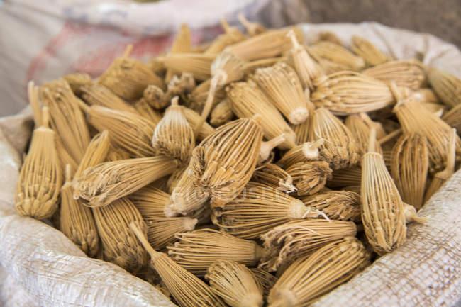 Esposizione di spezie in souk, Marrakech, Marocco — Foto stock