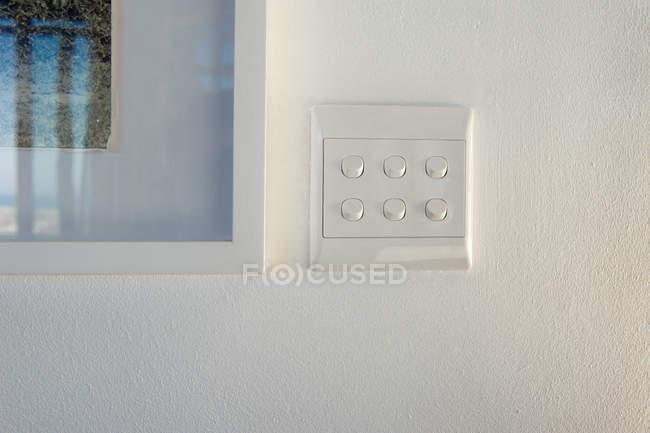 Крупный план коммутатора на белой стене — стоковое фото