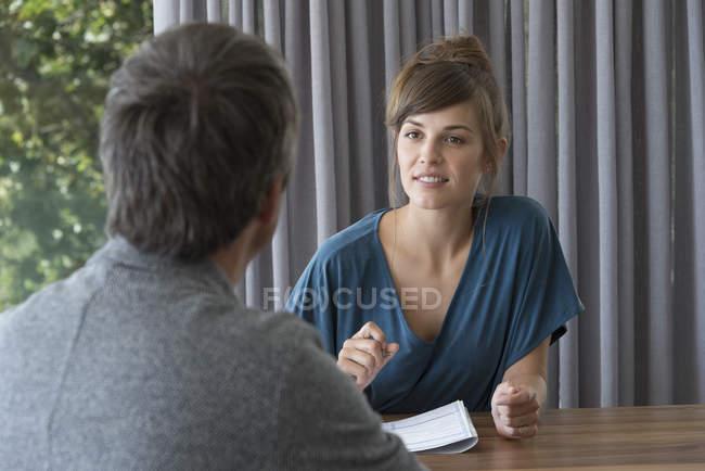 Junge Frau in Treffen mit Berater im Amt — Stockfoto