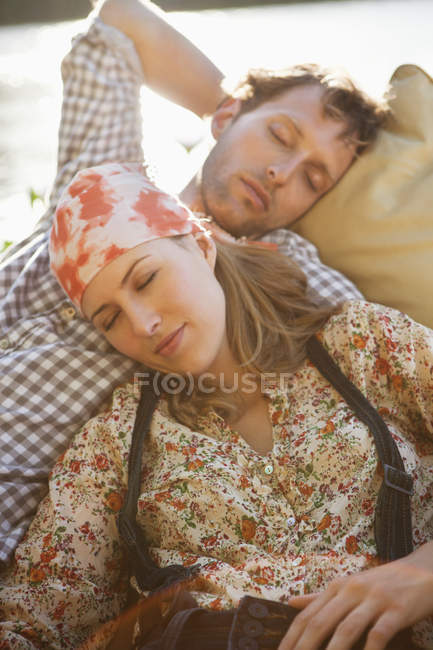 Розслабленої молода пара спати в човні — стокове фото