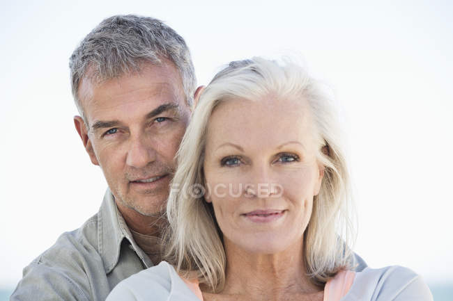 Портрет щасливі пари розслабленої стоячи на пляжі — стокове фото