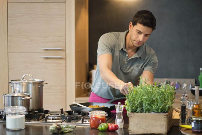 Cocina del hombre en la cocina - foto de stock